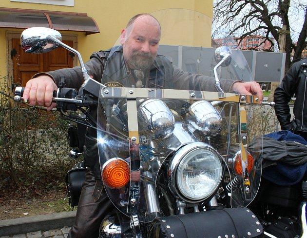 Vsobotu 7.dubna 2018se na náměstí vOtrokovicích konalo zahájení motorkářské sezony vyjížďkou MOTOBESIP - Restart. Na snímku je motorkář Jan Mahovský zŽelechovic nad Dřevnicí.