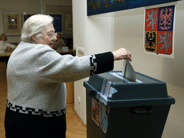 Začalo druhé kolo senátních voleb. POohled do volební místnosti ve Zlíně.