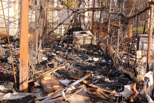 Místo po požáru skladu se zabavenými věcmi.