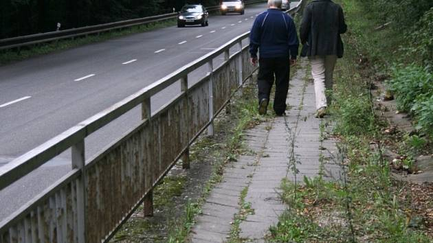 Poškozený a nebezpečný chodník ve Zlíně