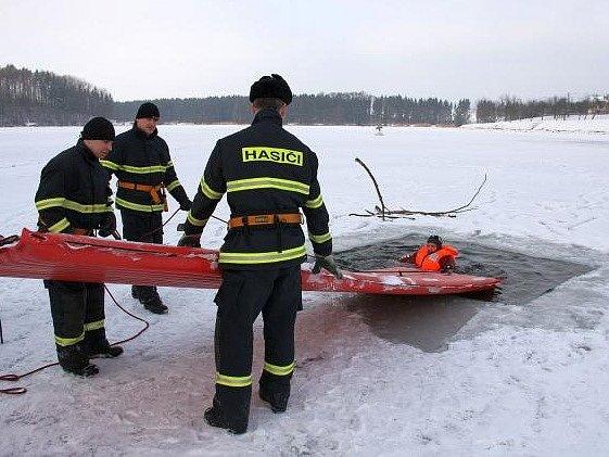 Hasiči začali se sérií ledových cvičení.