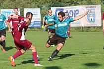 Fotbalisté Březnice doma porazili Louky (červené dresy) 2:0.