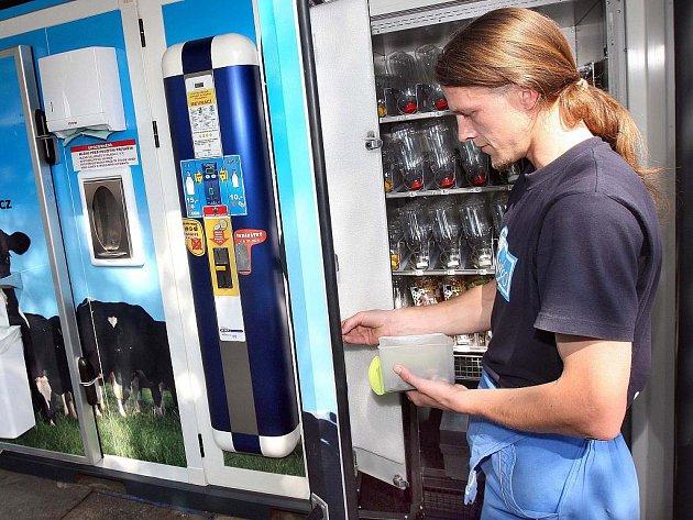 Obsluha mlékomatu ve Zlíně
