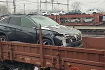 Škoda na vozidlech kterou způsobil náraz nákladního vlaku do soupravy s naloženými auty, byla vyčíslena na 21 milionů korun