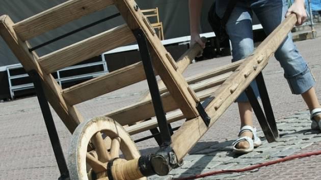 OPRAVA KOLEČKA. Účastníci Klondike crossu si museli umět poradit i s defektem a v co nejkratším čase měli dokázat zatlouct hřebík do pařezu.