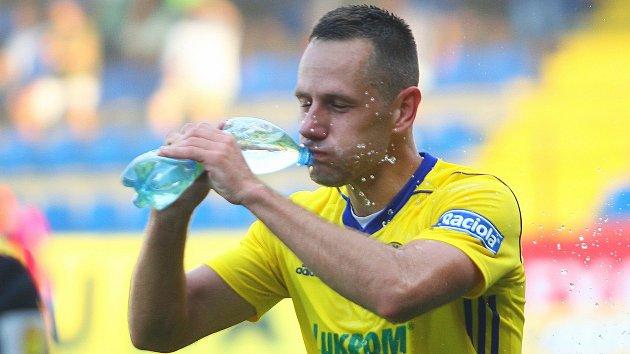 Slovenský fotbalista ve službách Zlína Róbert Matejov se musel v sobotním zápase s Mladou Boleslaví několikrát občerstvit. Vedro bylo velké.