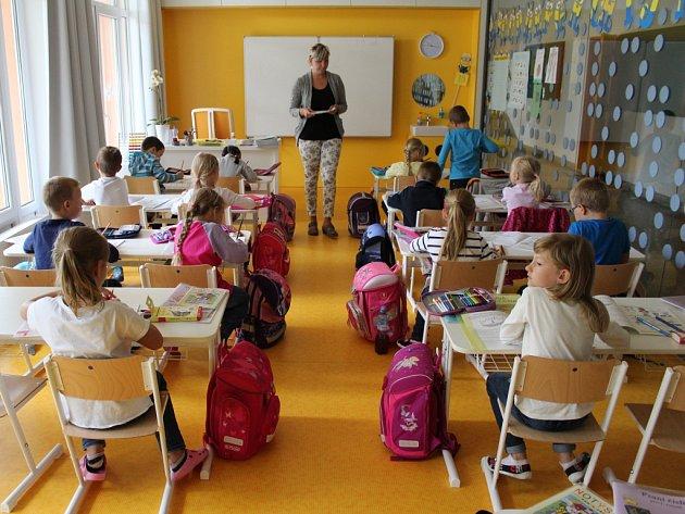 V Základní škole Malenovice na třídě Svobody mají od letošního nového školního roku zbrusu novou třídu. Před prázdniny ji dělníci postavili přímo na chodbě v přízemí. Je prosklená.