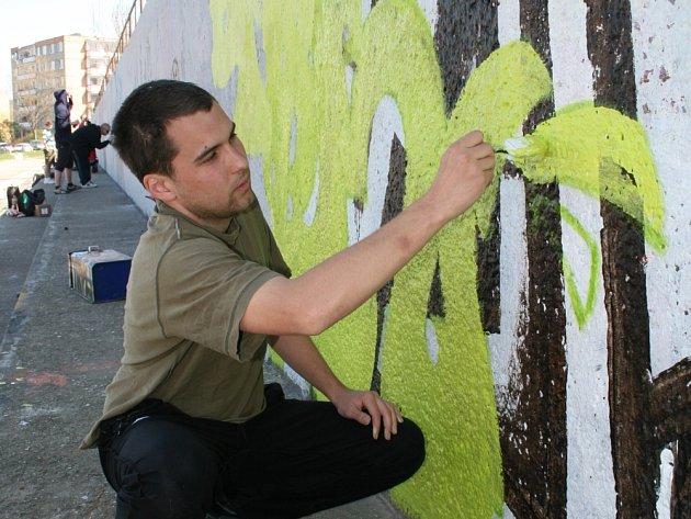SPREJEM I ŠTĚTCEM. Tradičním nástrojem tvůrců graffiti je barva ve spreji, ale výjimkou už není ani používání štětce. Ať už však používají jakoukoli techniku, vždycky budou podle vlastních slov spíš výtvarným undergroundem.