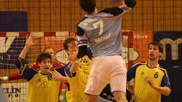 Zlínští házenkáři (ve žlutém) skončili v Českém poháru ve čtvrtfinále, když v domácím prostředí podlehli Hranicím o dvě branky (33:35).