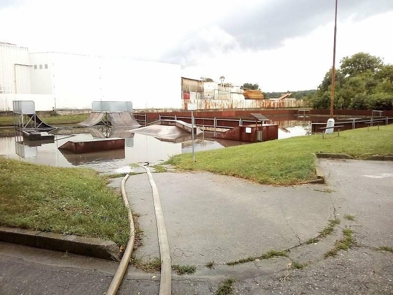V souvislosti s nedělním přívalovým deštěm, museli hasiči ve Zlínském kraji hlavně čerpat vodu.