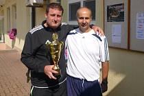 Zdeněk Řehák s pohárem (vlevo), Miroslav Raška (vpravo)