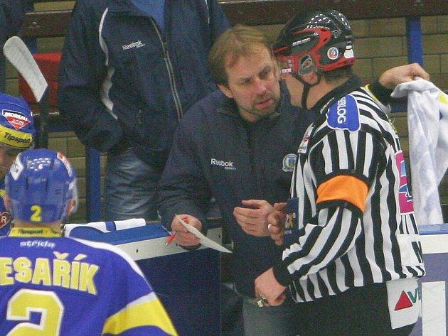 Trenér Rostislav Vlach debatuje s rozhodčím. Ilustrační foto.