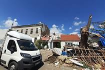 Hrubé odhady škod na veřejném, soukromém a průmyslovém majetku hovoří o částce až patnácti miliard korun.