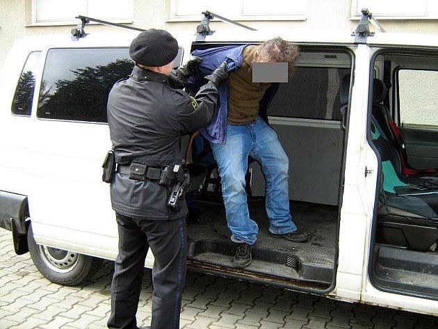 Městská policie si musela na autobusovém nádraží poradit s namol opilým cestujícím.
