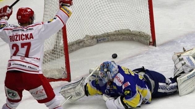 Extraligoví hokejisté Zlína (v modrém) ve druhém semifinále play off s Třincem.