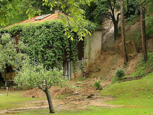 Kvůli náhlému sesuvu půdy u chaty nad sídlištěm Padělky ve Slušovicích museli být evakuováni obyvatelé tří rodinných domků.