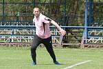 Fotbalisté Lužkovic (tmavé dresy) pod novým trenérem Poláškem nastříleli Pasekám osm branek a vyhráli 8:0