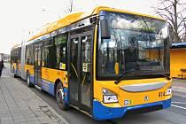 Nový bateriový článkový trolejbus Škoda 35 Tr vyjel poprvé s cestujícími.