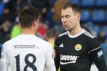 Zlínský brankář Stanislav Dostál (vpravo) v derby se Slováckem