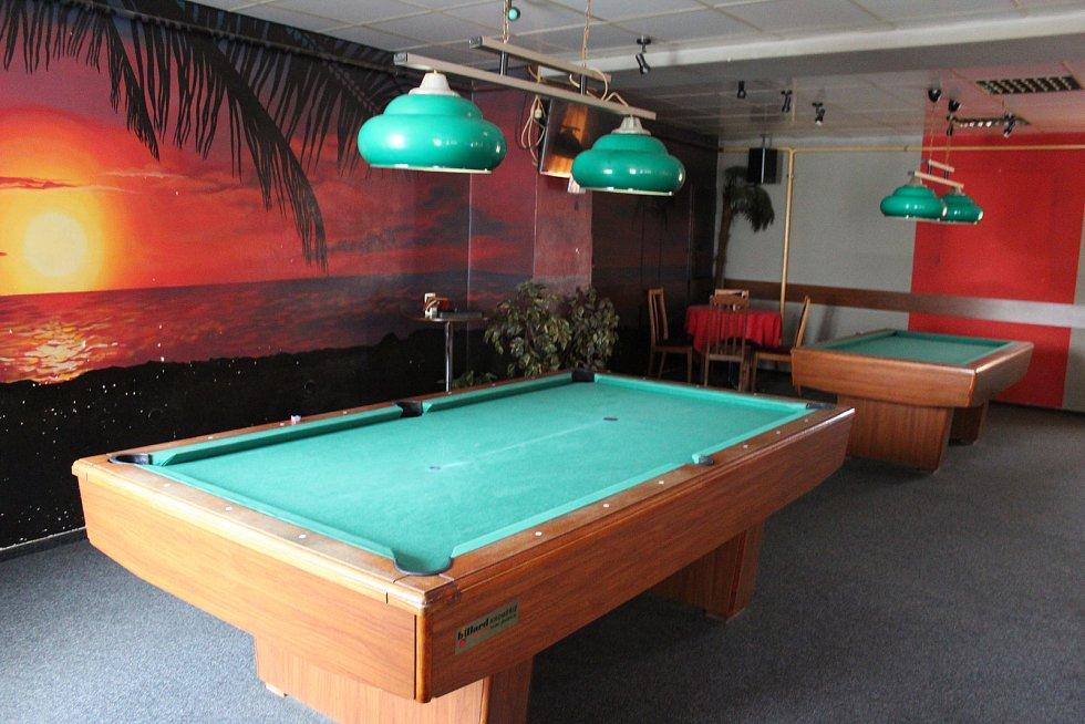 Holešovský Tropik bar se nachází v Masarykově ulici hned naproti radnice. Hosté se tam mohou osvěžit jak pivem, tak míchanými drinky, popřípadě si zahrát kulečník, billiard, šipky či fotbálek, nebo si zatančit u jukeboxu.