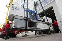 Stěhování vstřikovacího stroje do budovy Centra polymerních systémů ve Zlíně.