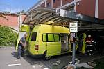 Sanitka zůstala zaklíněná ve vjezdu do podzemních garáží obchodního centra ve Zlíně-Prštném.