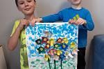 Tomášek a Matyáš mají doma výtvarnou výchovu.