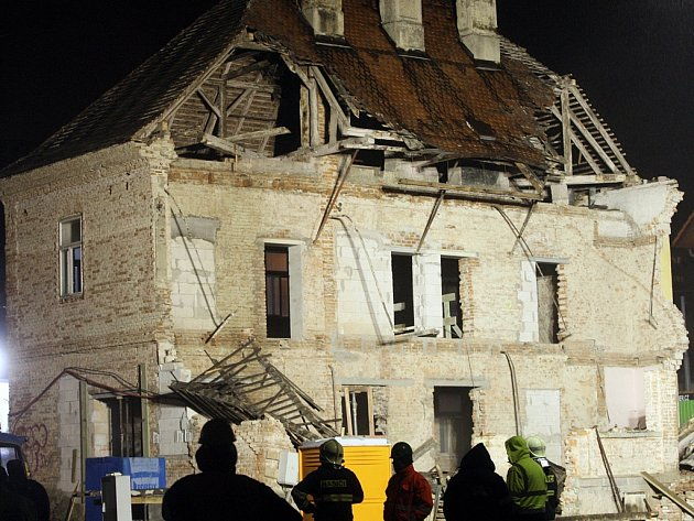 Strhávání střechy budovy na Sokolské ulici ve Zlíně.