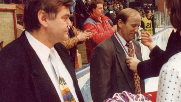 Trenéři hokejistů Zlína Vladimír Vůjtek (vlevo) a Zdeněk Čech přebírají stříbrné medaile po finále proti Vsetínu v roce 1995.