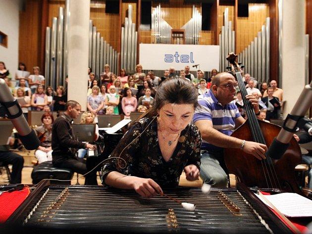 Hudební projekt Orbis pictus v čele s cimbalistkou a zpěvačkou Zuzanou Lapčíkovou.