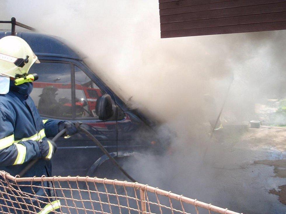 Při svařování došlo k požáru dodávky zn. Ford Tranzit.