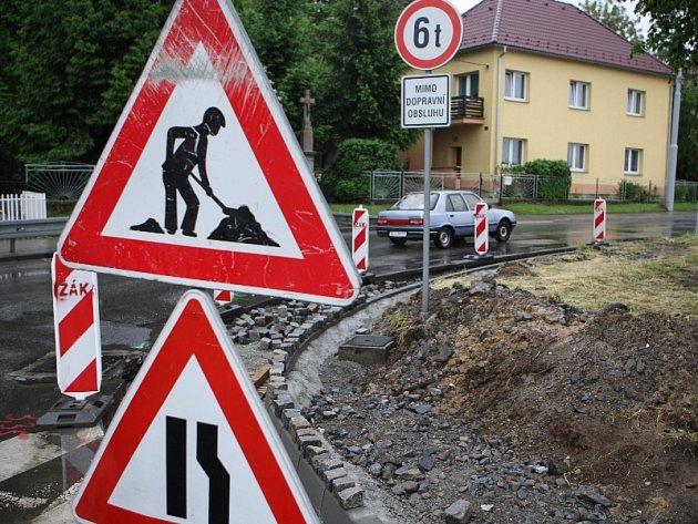 Problematická křižovatka na Příluku ve Zlíně se dočkala rekonstrukce. Silnice byla rozšířena.