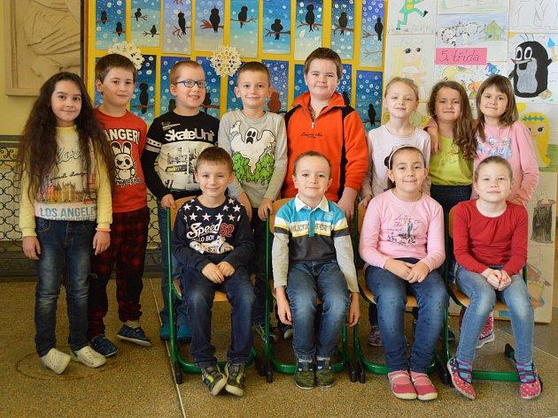 První třída Základní školy Újezd. Zleva doprava jsou na fotografii děti vtomto pořadí: Lorka, Hynek, Jakub, Matěj, Matěj, Emma, Natálka, Amálka, vpopředí Danek, David, Adélka, Anička.