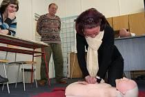 Český červený kříž, pobočka ve Zlíně, pořádá školení první pomoci pro veřejnost každý měsíc.