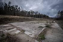 Zbytky betonových základů skladu číslo 16 v areálu ve Vrběticích.