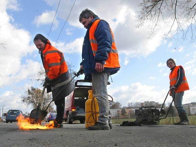 Výtluky jsou téměř všude. Většina silnic je po letošní zimě v katastrofálním stavu.