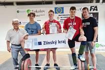 Juniorští vzpěrači Zlína přivezli z MČR titul, bronz a brambory. Zleva  J. Janeba,T.Fröhlich, V.Navrátil, T.Podškubka a M.Balajka.