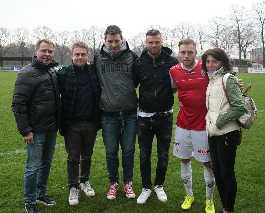 Bývalý fotbalista Zlína Rudolf Čelůstka (vlevo) pózuje po utkání Pardubic, za které hraje mladší syn Tomáš (druhý zprava). Starší Ondřej (třetí zprava) je ve Spartě.