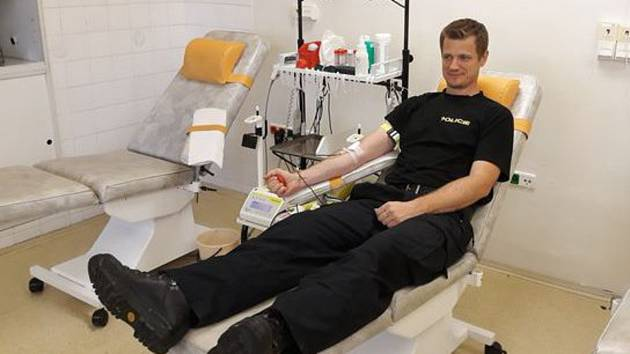 Čtrnáct policistů z pohotovostního a eskortního oddělení hromadně darovalo krev v hematologicko-transfuzní stanici Krajské nemocnice T. Bati ve Zlíně