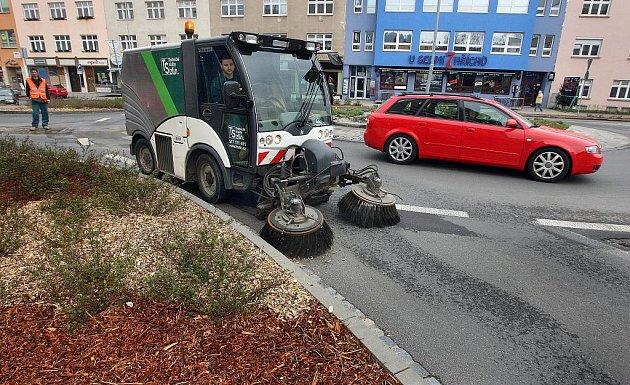 Zlínské technické služby blokově čistily ve středu 6. dubna Kvítkovou ulici. Navzdory varování a hrozící pokutě si tady asi desítka řidičů nechala svá auta.