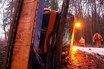Do svízelné situace se v úterý 18. ledna ráno ocitl sypací vůz. Mezi Hvozdnou a Ostratou na Zlínsku dostal smyk a převrátil se do příkopu. Řidiči se naštěstí nic nestalo.