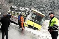 Vyprošťování havarovaného autobusu u obce Všemina.