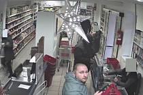 Policisté potřebují pomoc s identifikováním tohoto muže.