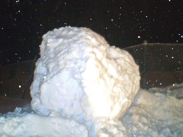 Obrovská sněhová koule bránila řidičům v plynulé jízdě.