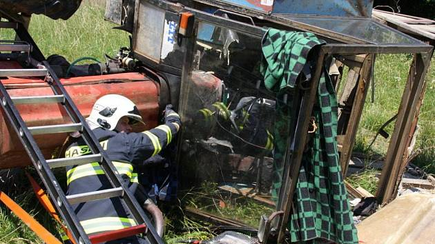 Na louce mezi obcí Všemina a Jasenná došlo k velmi vážné havárii traktoru.