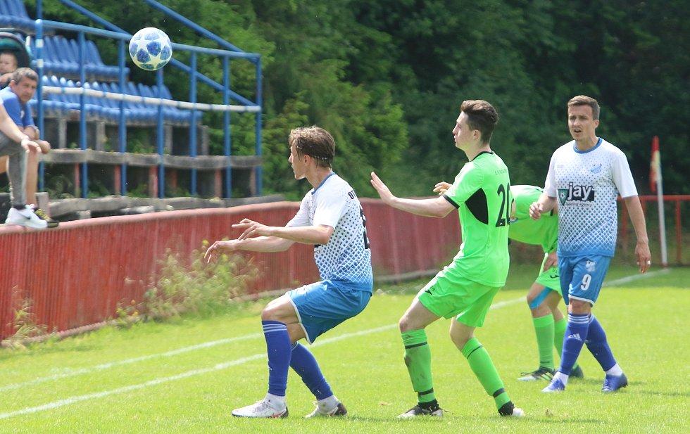 Fotbalisté Otrokovic (v bílých dresech) si v sobotu dokázali poradit s divizním Přerovem 4:2.