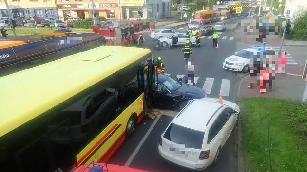 Srážka vozidel na křižovatce ulic Dlouhá, Santražiny a Vodní ve Zlíně