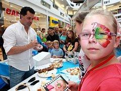 Zlín film festival 2012 Herec Martin Dejdar prodává koláče koláče v obchodním centru Zlaté jablko.
