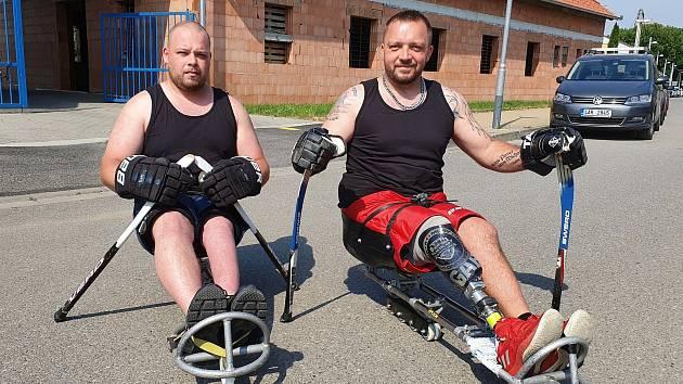 Sledge hokejisté Zlína Miroslav Zbořil (vlevo) a Josef Panák vymysleli a vyrobili speciální kolečka na své sáně.