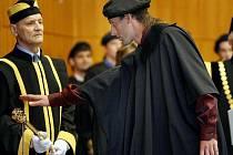Aula zlínské univerzity je v posledních dnech stále obsazená. Především absolventy bakalářských a magisterských oborů, kteří promují.